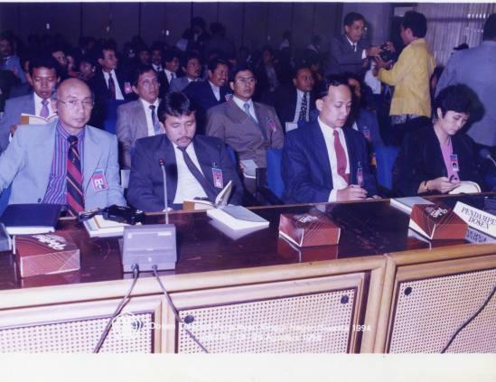 Bersama Dosen Teladan seluruh Indonesia, BSS ditetapkan sebagai teladan I nasional, duduk nomor dua dr kanan 1994