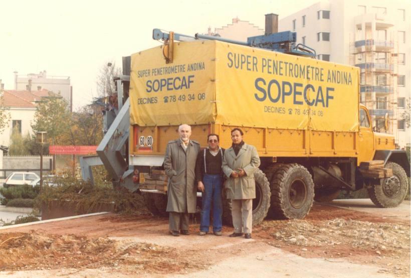 Bersama Prof. Sanglerat ahli ConePenetrometer dari Perancis (paling kiri) tengah tehnisi kanan Budi S, background kendaraan ber