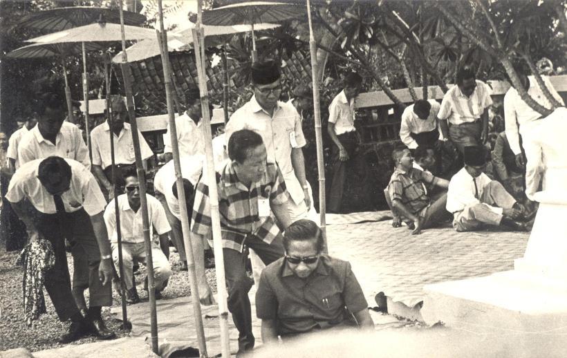 Ayah baju kotak2 bersama Ketua Pengurus Pusat Pangestu Dr. Sudjarwo di Bonoloyo, Solo 1967,