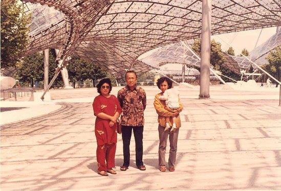 Ayah, Ibu, Istri saya Hera dan Wanda di Munchen 1986 selesai Ujian Doktor di Perancis