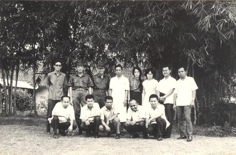 Bersama para ko asisten calon dokter dari UGM, sekitar 1967