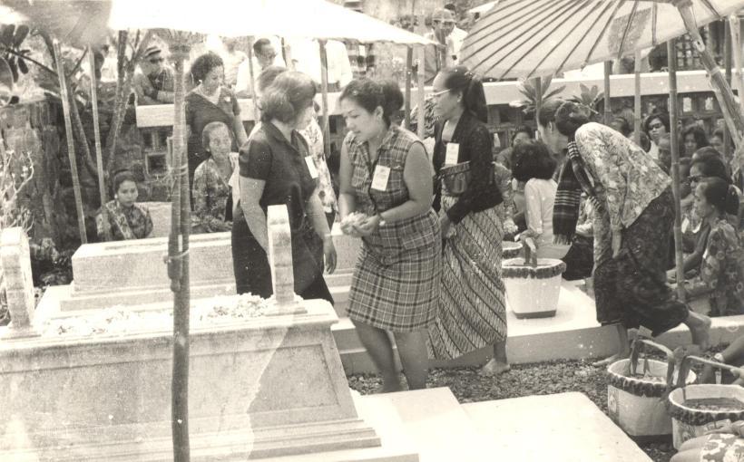 Ibu ( baju kotak2 ) diatas pusara para perintis Pangestu, Solo, 1967