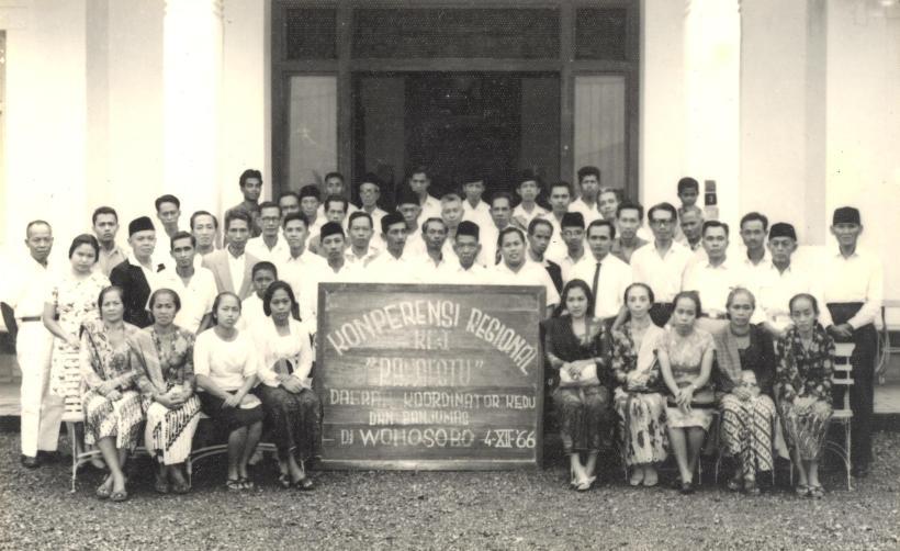 Ibu duduk 5 dr kanan, ayah berdiri no 7 dr kiri, di depan para pejuang Pangestu di Jawa Tengah