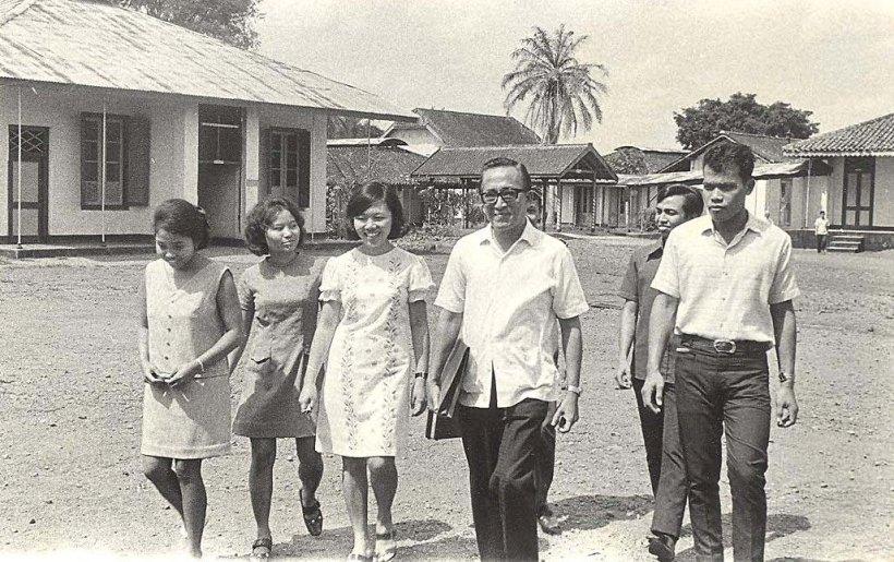 Sbg Dosen Brigjen dr. Soepandji di RST magelang dengan mahasiwa  UGM tahun 1970an